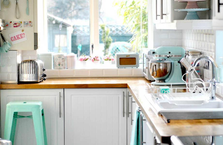 Δε θέλετε να βάψετε τα ντουλάπια; Βάλτε το πινέλο σας στις καρέκλες και τα σκαμπό της κουζίνας!