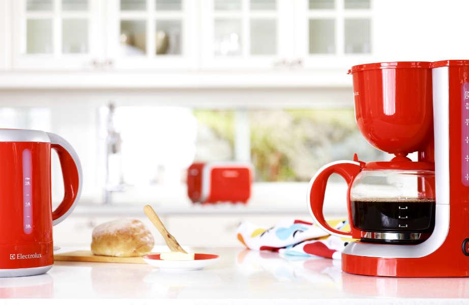 Εκμεταλλευτείτε διακοσμητικά το σχέδιο και το χρώμα των ηλεκτρικών συσκευών σας για να φέρετε αέρα ανανέωσης στην κουζίνα σας.