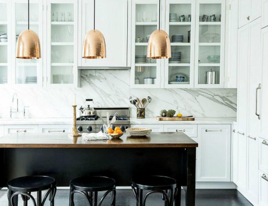 Ο φωτισμός στην κουζίνα παίζει σπουδαίο ρόλο γιατί έτσι αναδεικνύονται όλες οι αλλαγές που ενδεχομένως θα κάνετε.