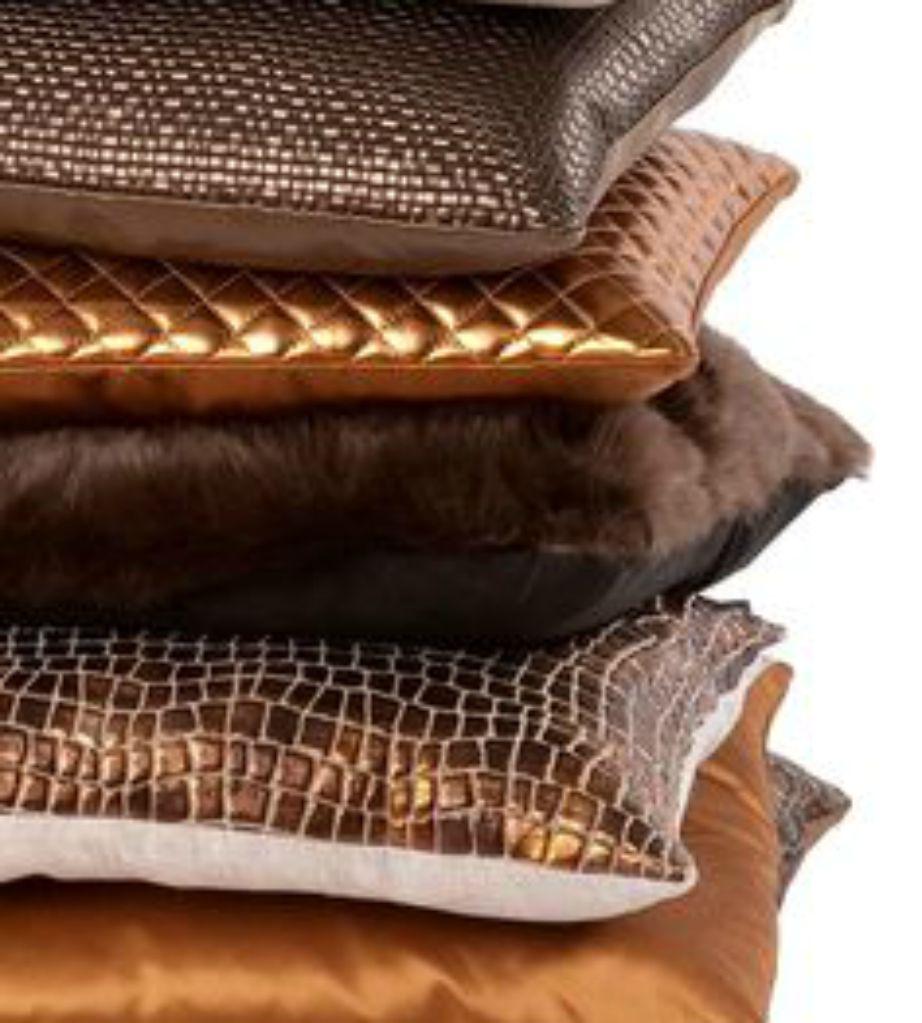 Επιλέξτε μπρονζέ μαξιλαράκια ή άλλα διακοσμητικά για να δώσετε λάμψη και ζεστασιά στον χώρο σας.