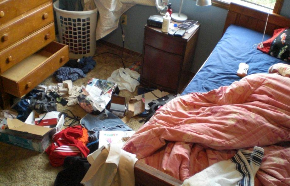 Είπαμε να αφήσετε το κρεβάτι άστρωτο...όχι να γεμίσετε το υπνοδωμάτιο με ακαταστασία.