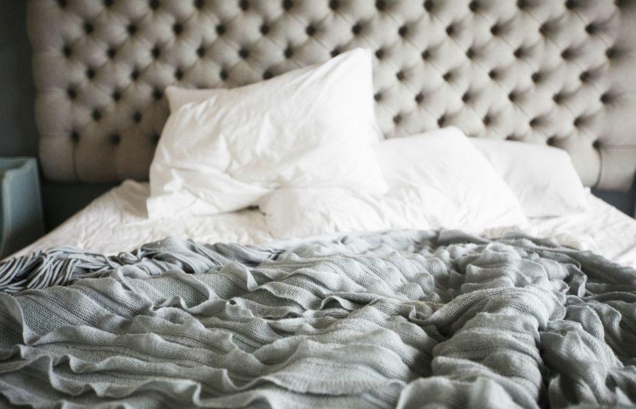 Αφήστε το κρεβάτι άστρωτο για μερικές ώρες ή έστω για μισή ώρα ώστε να φύγει η υγρασία και να πεθάνουν τα περισσότερα ακάρεα.