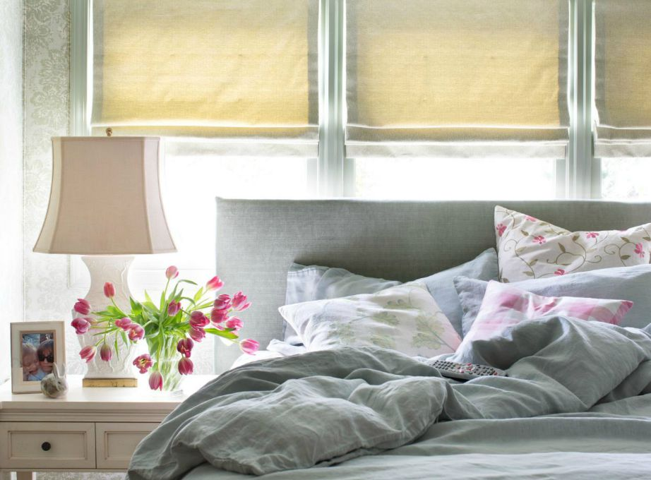 Προσθέστε πολλά μαξιλάρια και αφράτα σκεπάσματα στο κρεβάτι σας για να το κάνετε πιο χουχουλιάρικο.