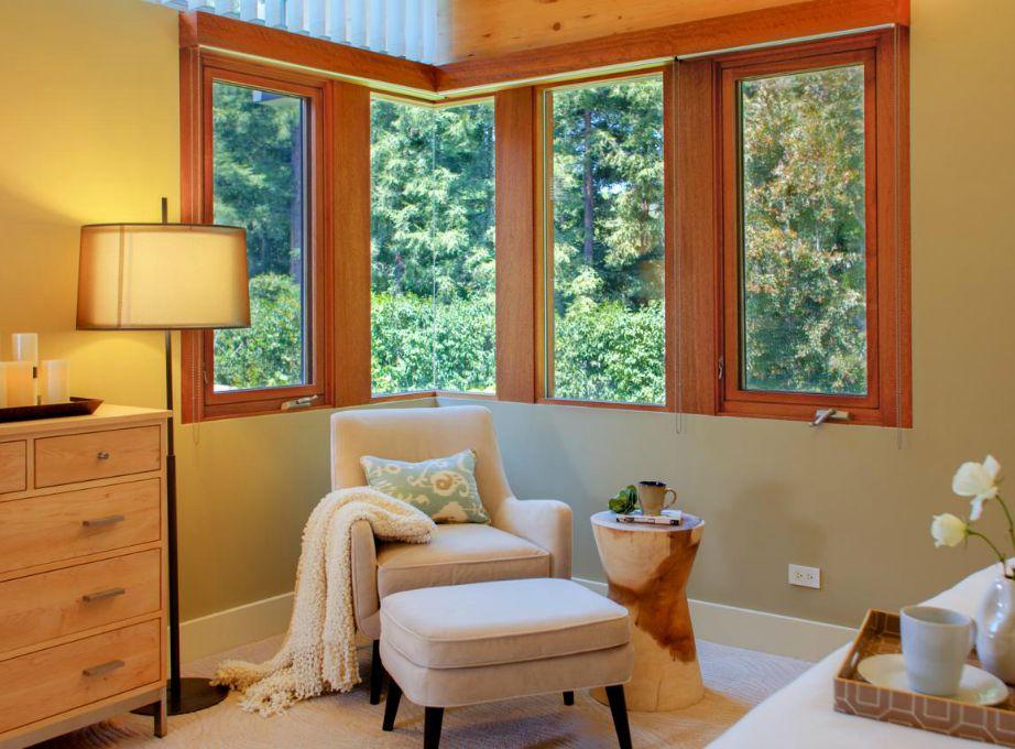Μια πολυθρόνα δίπλα στο παράθυρο και ένα φωτιστικό αρκούν για να φτιάξετε την τέλεια γωνιά χαλάρωσης.