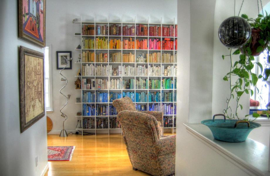 Μια βιβλιοθήκη καλύπτει με τον πιο όμορφο τρόπο έναν άδειο τοίχο!