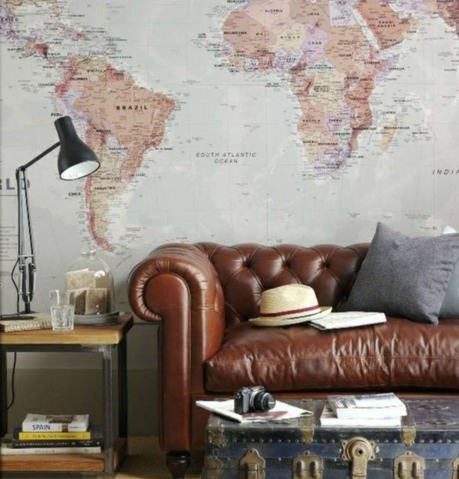 Μια ωραία ταπετσαρία με τον παγκόσμιο χάρτη θα δείξει φανταστικά σαν φόντο πίσω από τον δερμάτινο καναπέ σας. So chic!