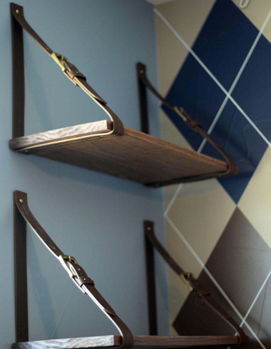 Για έξτρα αποθηκευτικό χώρο βάλτε μερικά ράφια και δώστε τους μια ανδρική πινελιά προσθέτοντάς στις άκρες 2 δερμάτινες ζώνες.