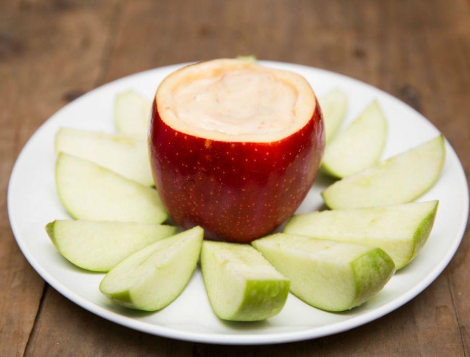 Βάλτε γιαούρτι με μέλι ή φυστικοβούτυρο σε ένα άδειο μήλο και απολαύστε αυτό το φανταστικό σνακ.