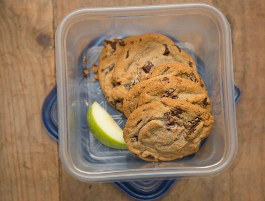 Βάλτε μερικές φέτες μήλου στο τάπερ με το κέικ για να το διατηρήσετε φρέσκο περισσότερες μέρες.