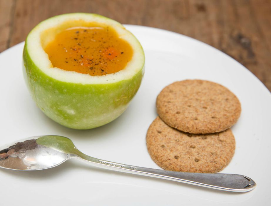 Ένα μήλο χωράει την ιδανική ποσότητα σούπας ως πρώτο πιάτο.