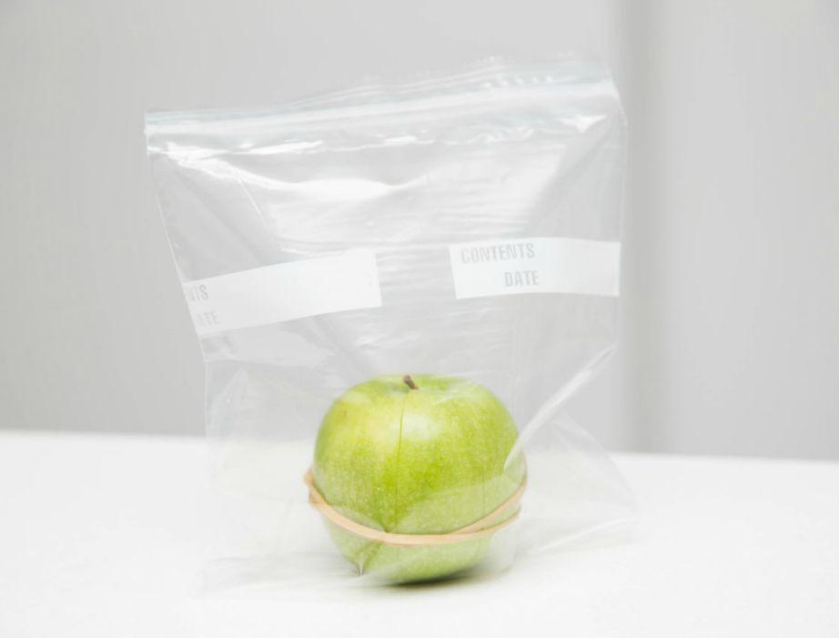 Καθαρίστε το μήλο σας και ενώστε το με ένα λαστιχάκι για αν το φάτε στη δουλειά.