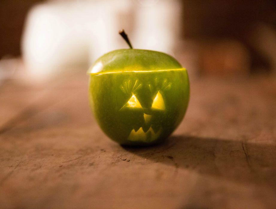Φτιάξτε όμορφα κεράκια μέσα σε άδεια μήλα που θα δώσουν όμορφη μυρωδιά ψημένου μήλου στον χώρο σας.