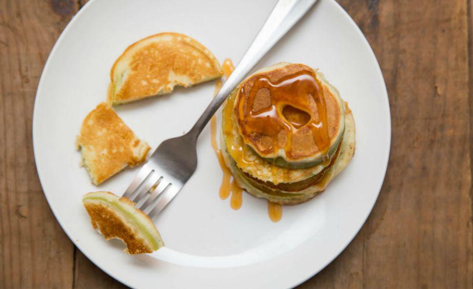 Βουτήξτε φέτες μήλου μέσα στο χυλό που έχετε ετοιμάσει για τηγανίτες και τηγανίστε τα.