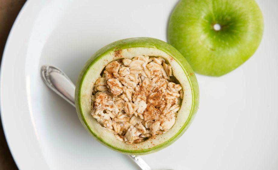 Βάλτε μέσα στο μήλο σας, βρώμη με γάλα και φάτε το πιο θρεπτικό πρωινό!