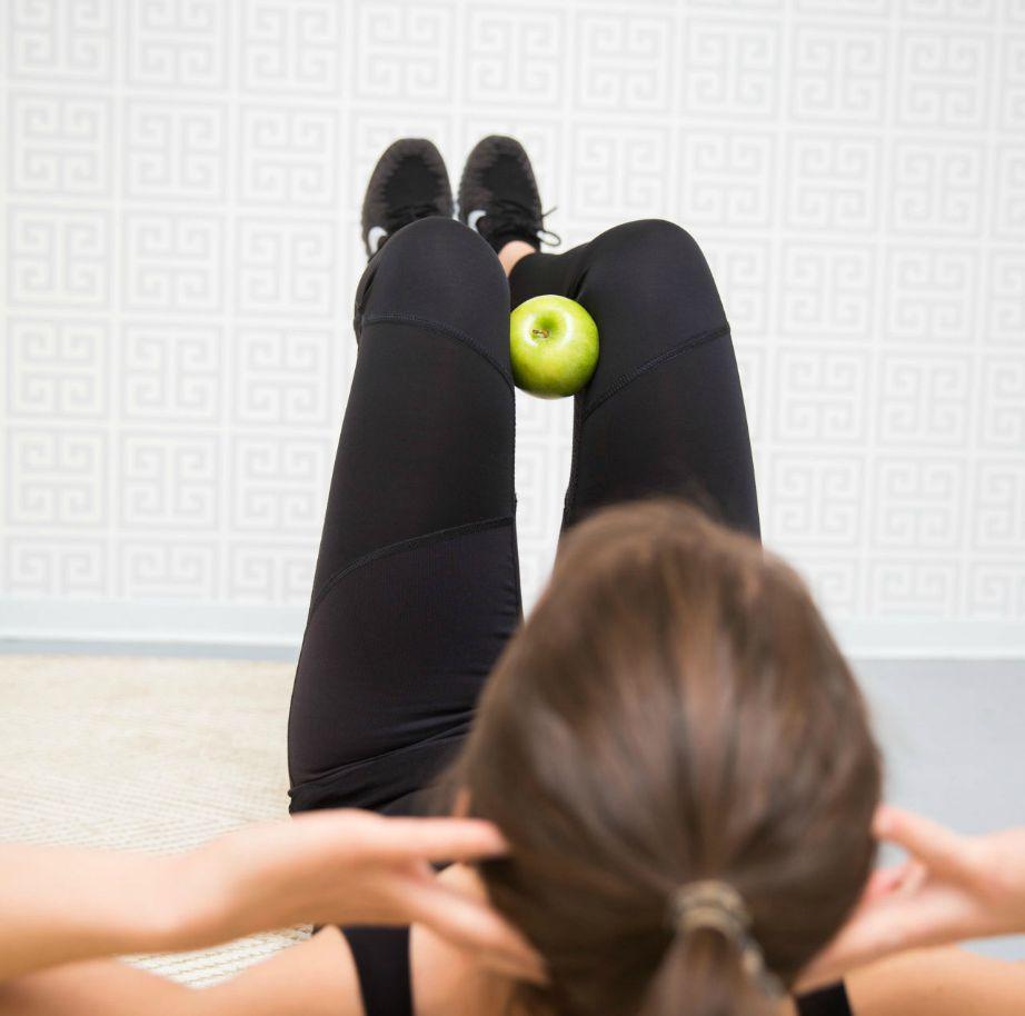 Ένα μήλο μπορεί αν σας χρειαστεί ακόμα και στους κοιλιακούς!