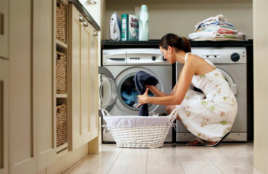 Βάλτε πλυντήριο στο... πλυντήριο ρούχων για να βάλετε στοπ στις άσχημες οσμές και τη μούχλα.