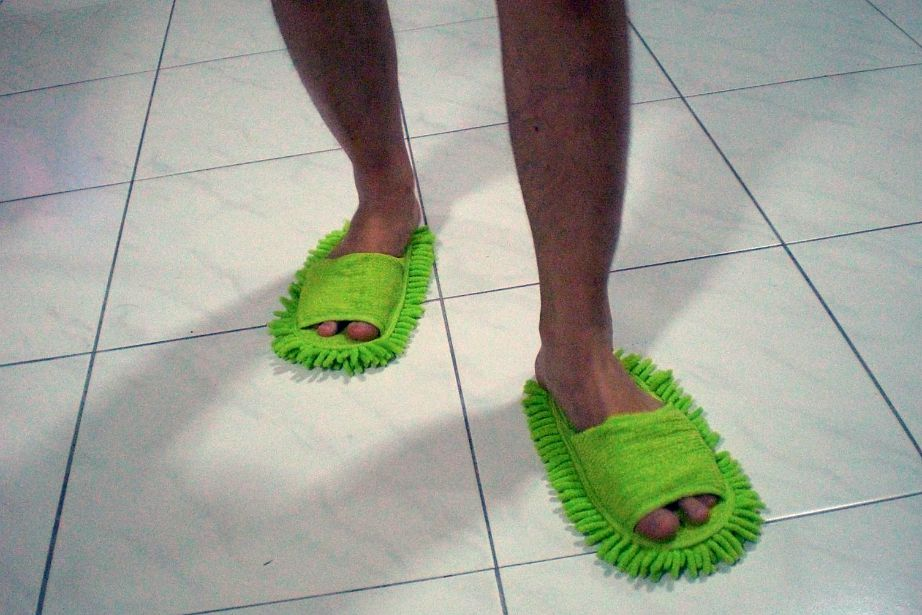 Μπορείτε είτε να χρησιμοποιήσετε απλές χοντρές κάλτσες είτε τα ειδικά παντοφλάκια σφουγγαρίσματος.