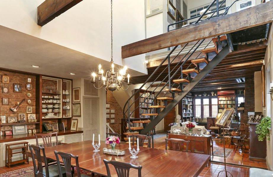 """Η τραπεζαρία """"βλέπει"""" προς την μοντέρνα σκάλα που ενώνει το ισόγειο με τους υπόλοιπους ορόφους."""