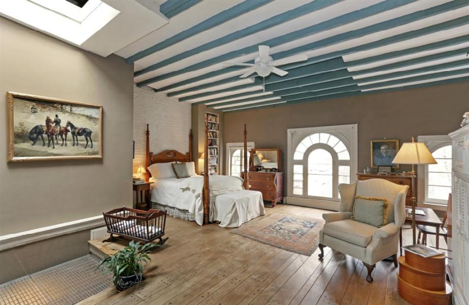 Στο κεντρικό υπνοδωμάτιο του ισογείου κυριαρχεί το λευκό χρώμα.