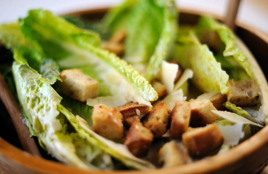 Κι όμως η σαλάτα του Καίσαρα δεν είναι συνοδευτική αλλά αποτελεί ένα χορταστικό γεύμα!
