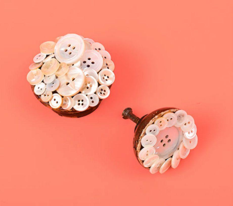 Διακοσμήστε τα χερούλια της ντουλάπας ή της συρταριέρας σας με μερικά κουμπιά.