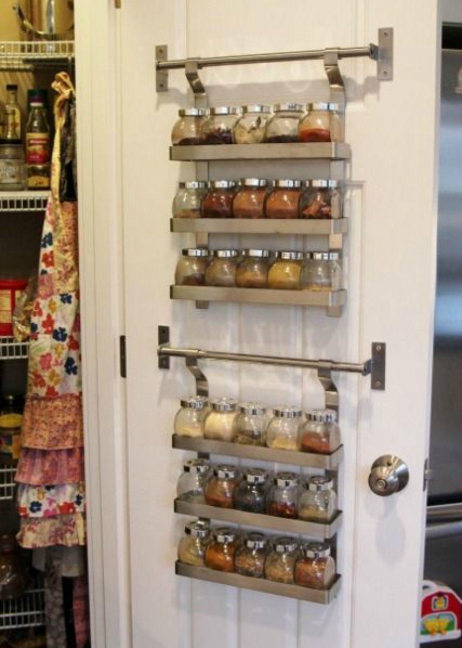 Βάλτε τα μπαχαρικά σας πίσω από την πόρτα της ντουλάπας της κουζίνας για εξοικονόμηση χώρου.