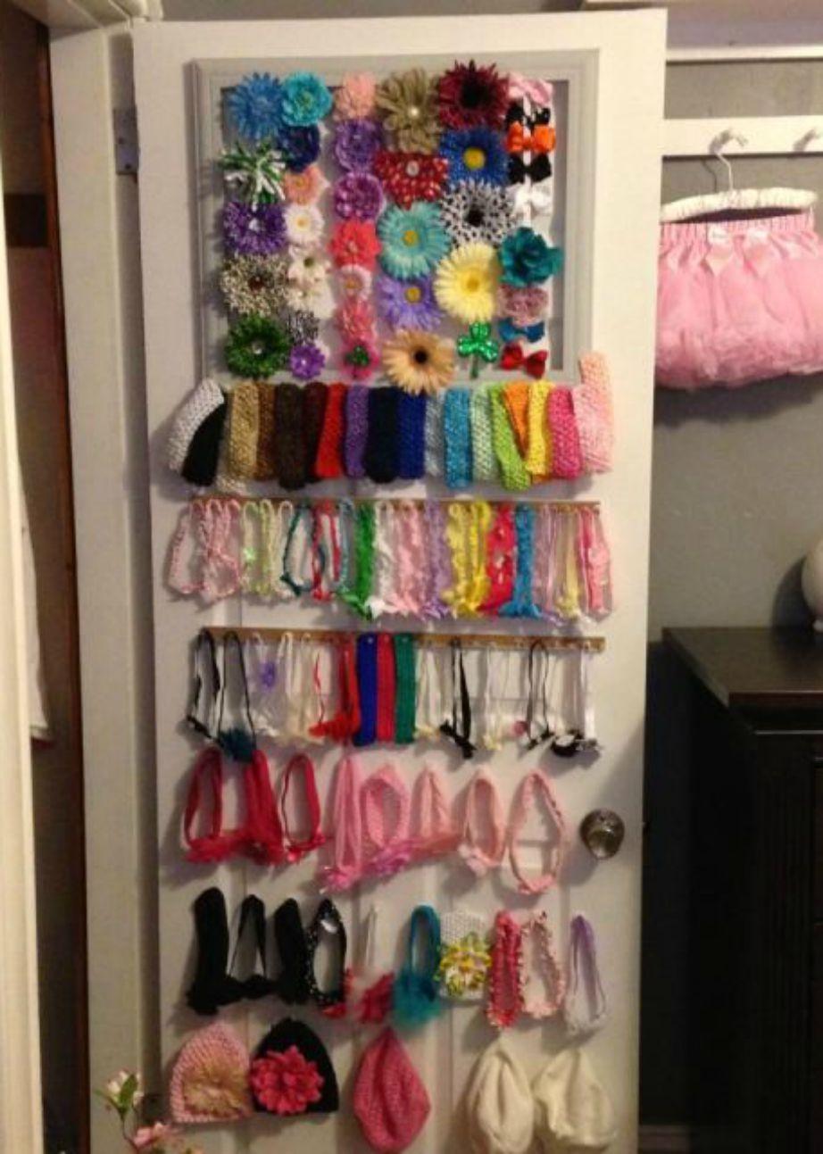 Συγκεντρώστε όλα τα κοκαλάκια, τις κορδέλες και τις στέκες την κορούλας σας και βάλτε τα πίσω από την πόρτα της ντουλάπας. Μπορείτε να κάνετε το ίδιο και με τα δικά σας αξεσουάρ.