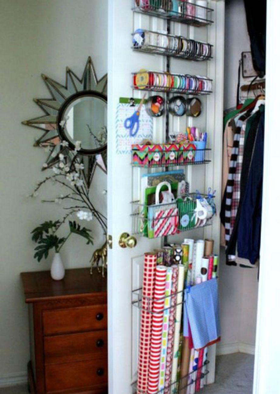 Μην αφήνετα τα χαρτικά και τα είδη περιτυλίγματος δώρων να καταπιάνουν χώρο στη ντουλάπα σας. Φτιάξτε ραφάκια και ράγες και βάλτε τα στην πόρτα της ντουλάπας.