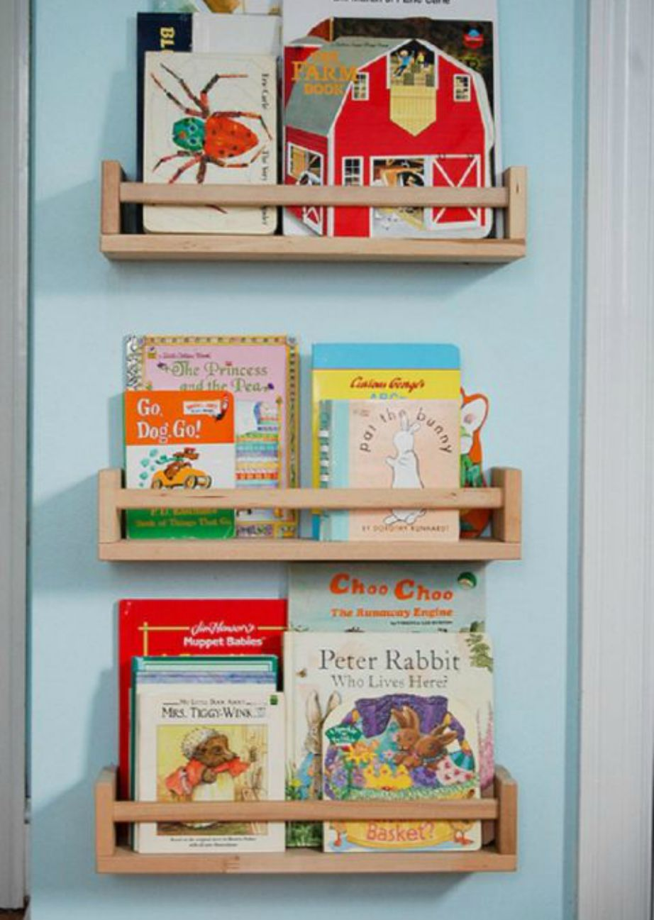 Προσθέστε ραφάκια στην πόρτα του παιδικού δωματίου και βάλτε εκεί όλα τα παραμύθια του παιδιού σας.