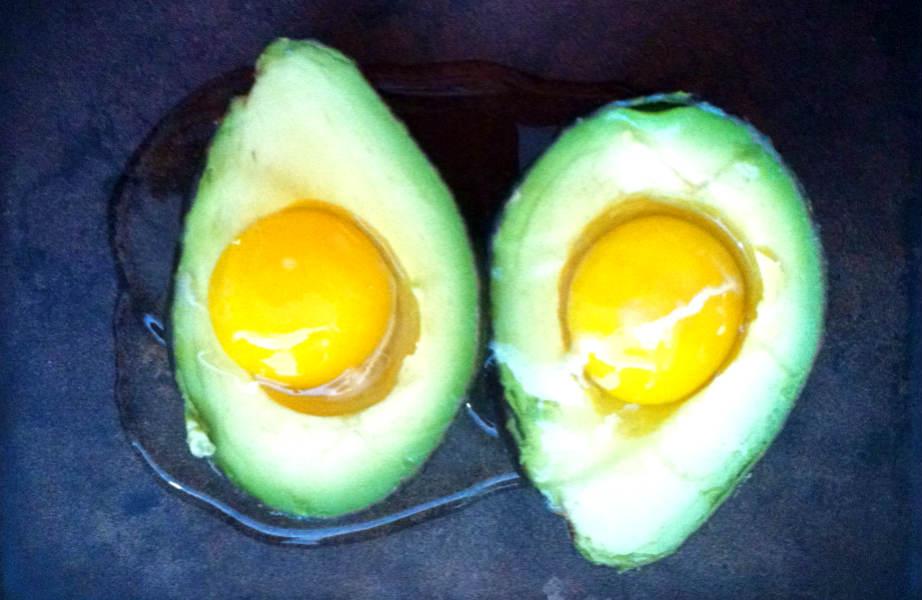 Το αβοκάντο και το αβγό ενυδατώνουν σε βάθος την τρίχα.