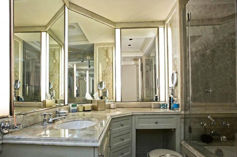 Το μπάνιο είναι γεμάτο καθρέφτες για να βλέπει ο ποδοσφαιριστής τον εαυτό του από όλες τις γωνίες.