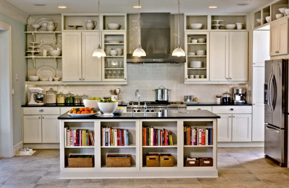 Τα ντουλάπια αγγίζουν το ταβάνι σε κάθε έξυπνα διακοσμημένη κουζίνα!