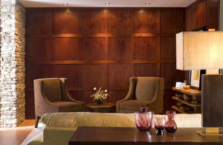 Μια ξύλινη επένδυση με κάθετο προσανατολισμό αυξάνει... τα ανώτατα όρια του χώρου σας.