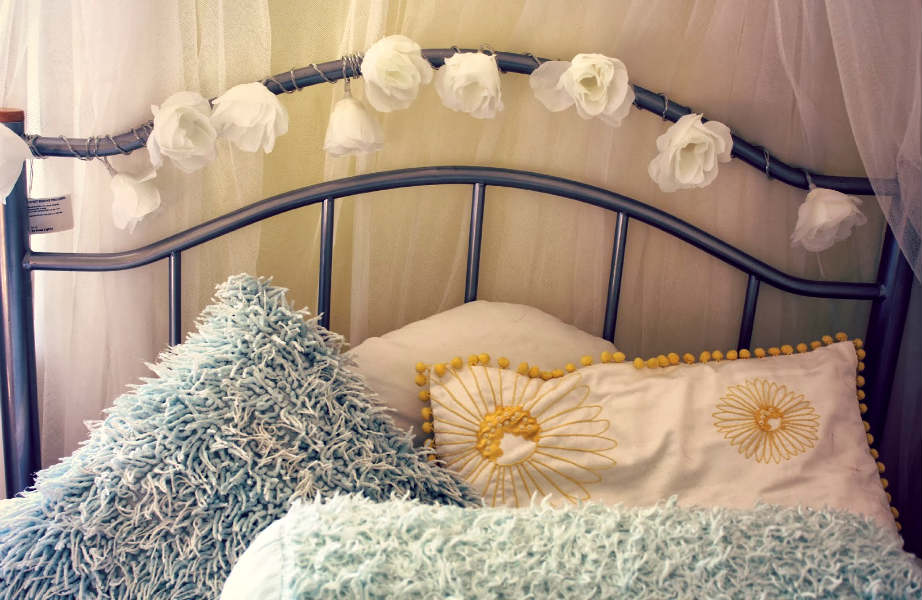 Μικρό κόστος, μεγάλα αποτελέσματα: στολίστε το κρεβάτι και τον καναπέ σας με μαξιλάρια και γιρλάντες με φωτάκια.