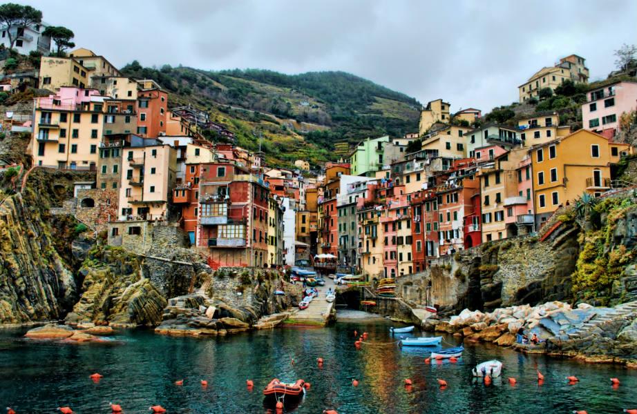 Σκαρφαλωμένο στο γκρεμό, το Riomaggiore αγναντεύει από ψηλά τη θάλασσα.