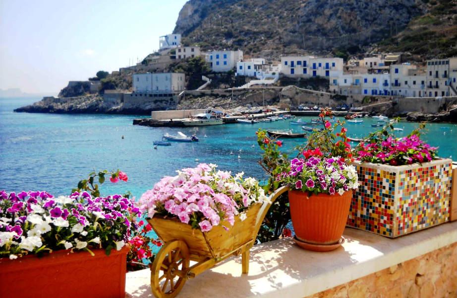 Τιρκουάζ νερά, άγρια ομορφιά κι άρωμα... Ελλάδας, υπόσχεται αυτό το μικροσκοπικό νησί.