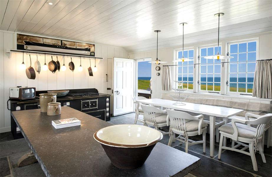 Σε αυτήν την κουζίνα με θέα τον Ατλαντικό Ωκεανό φανταζόμαστε ότι θα είναι σκέτη απόλαυση να μαγειρεύει κανείς!