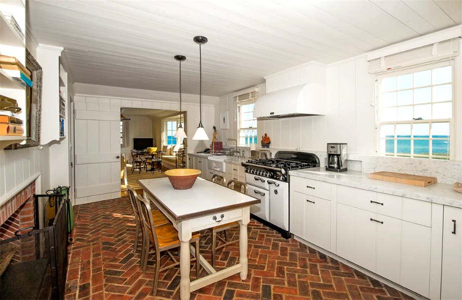 Το ξύλο και το λευκό χρώμα κυριαρχούν ακόμα σε όλα τα οικήματα του συγκροτήματος-ακόμα και στην κουζίνα αυτού του ξενώνα!