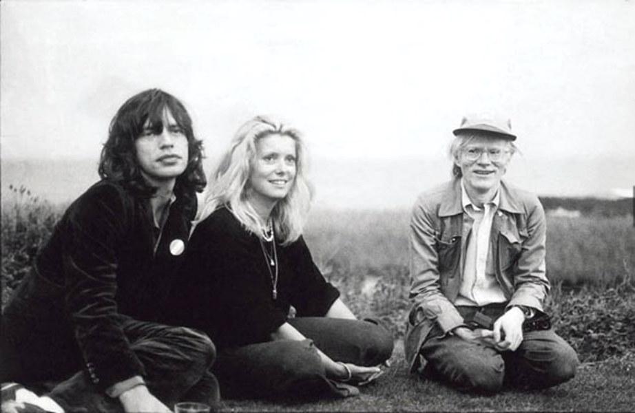 Επιστροφή στο χρόνο: Ο Warhol στο εξοχικό του παρέα με τον καλό του φίλο Mick Jagger.