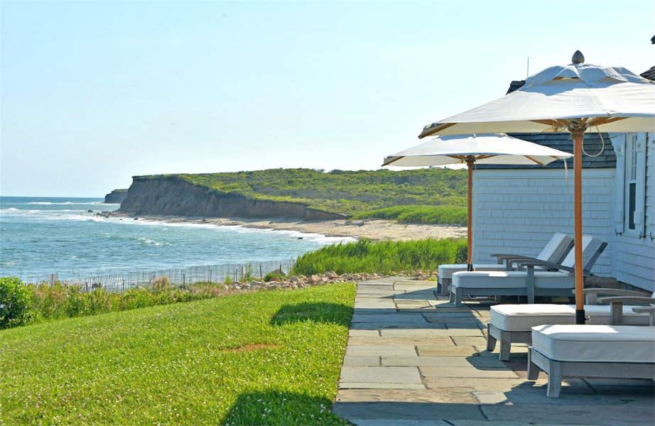 Η βεράντα του εξοχικού όπου ο νέος ιδιοκτήτης μπορεί να χαλαρώνει πριν (ή μετά) τη βουτιά του στη θάλασσα.