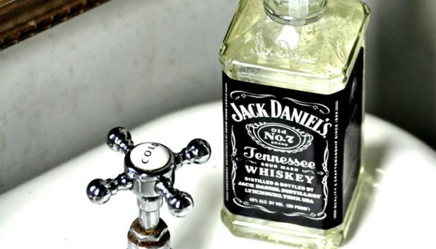 Δείτε πώς θα Mετατρέψετε ένα Μπουκάλι Ουίσκι στο πιο Στιλάτο Αντικείμενο