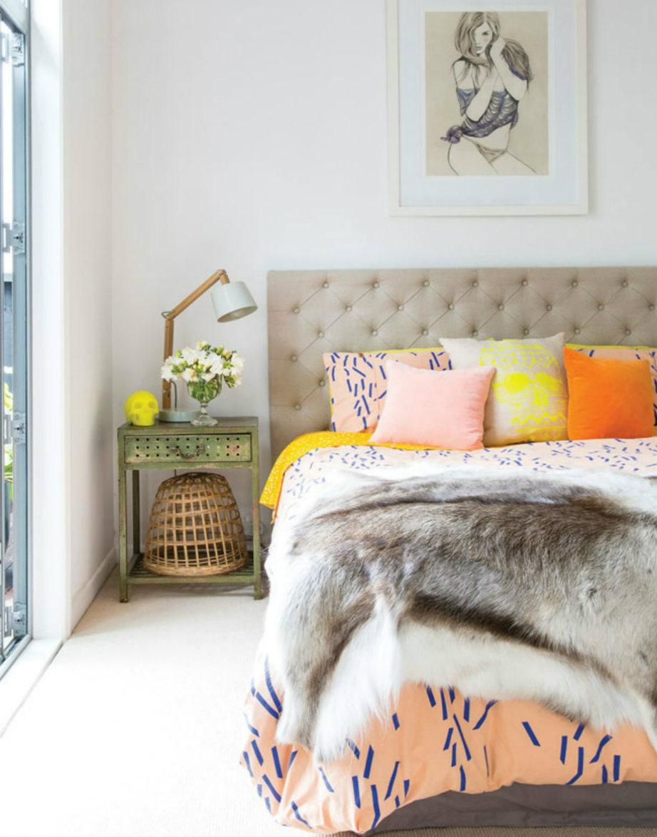 Ένα πανέμορφο μοντέρνο υπνοδωμάτιο με μοκέτα από άκρη... σε άκρη!
