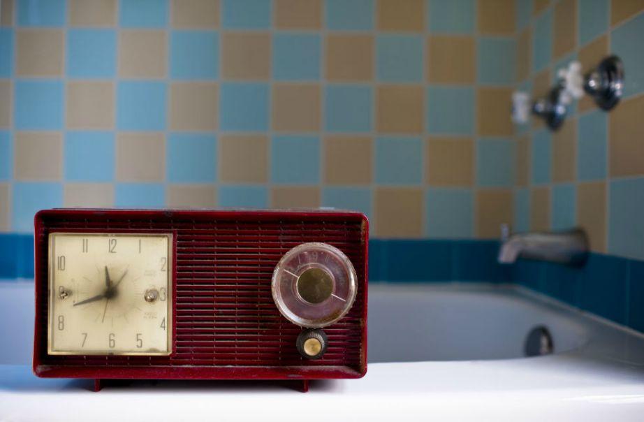 Αν θέλετε να ακούτε μουσική ενώ κάνετε μπάνιο, μπορείτε να αγοράσετε ένα αδιάβροχο ραδιοφωνάκι.