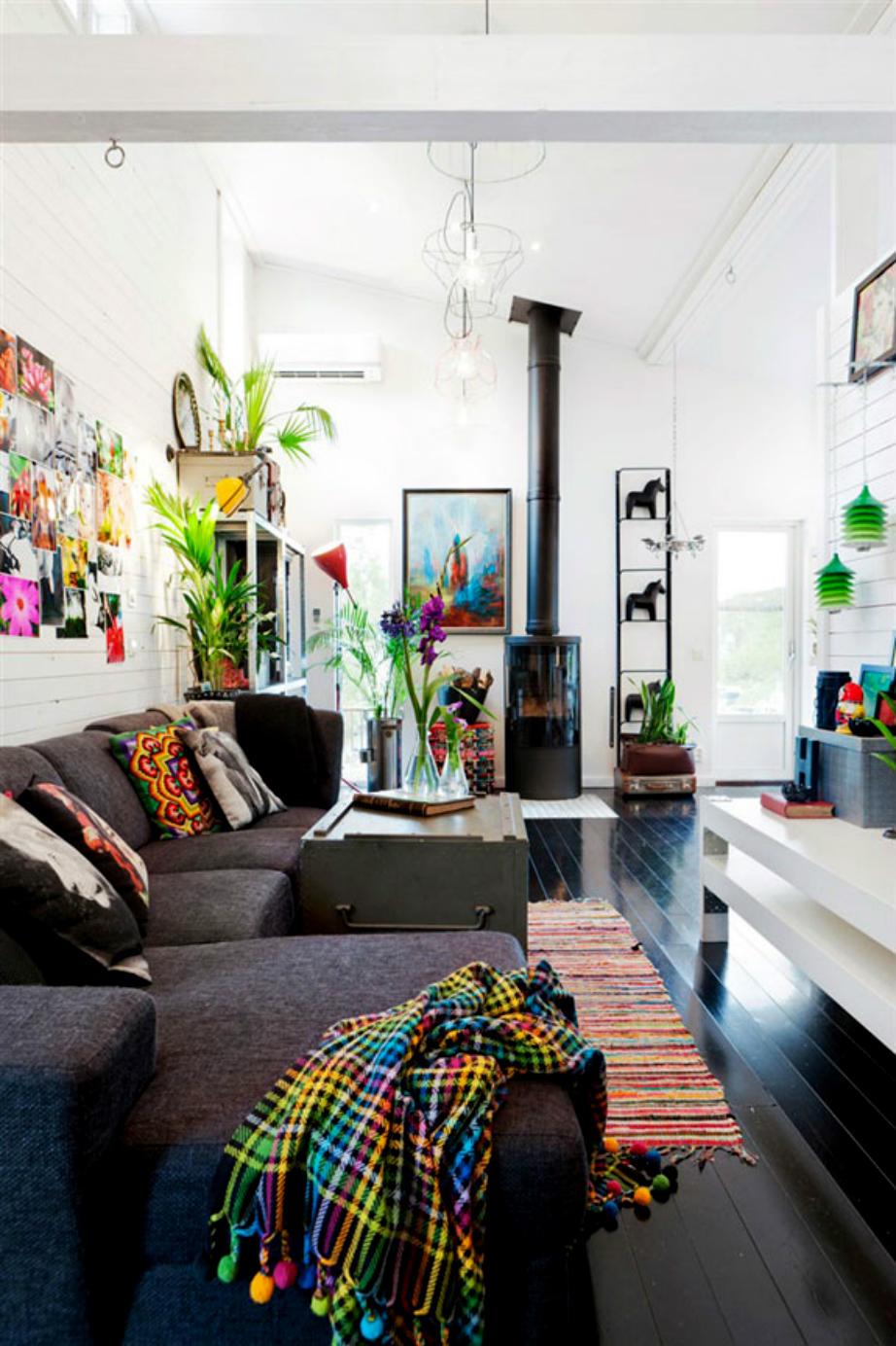 Ένας σκουρόχρωμος καναπές δημιουργεί αίσθηση συνέχειας στο χώρο σας.