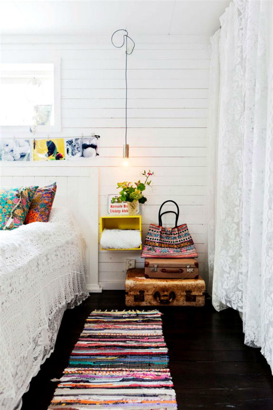 Λευκοί τοίχοι και μαύρο πάτωμα κάνουν αυτό το δωμάτιο απίστευτα στιλάτο.