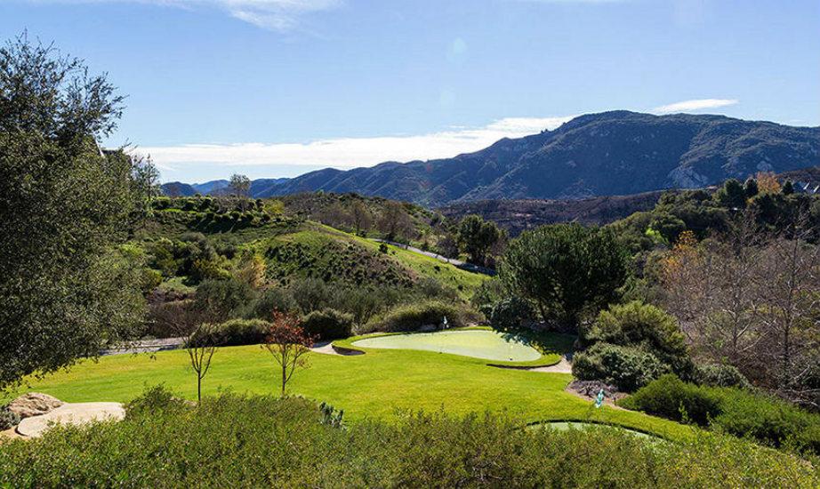 Η έπαυλη διαθέτει απίστευτες ανέσεις, ανάμεσά τους ένα γήπεδο τένις με φωτισμό και ένα τεράστιο γήπεδο γκολφ με 3 τρύπες.