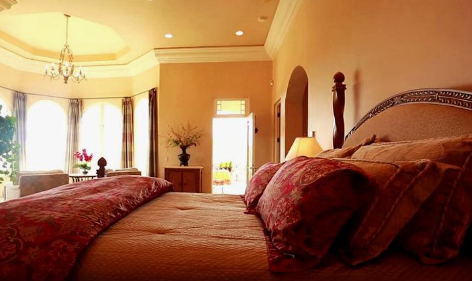 Το υπέροχο μάστερ υπνοδωμάτιο είναι ζεστό και φιλόξενο.
