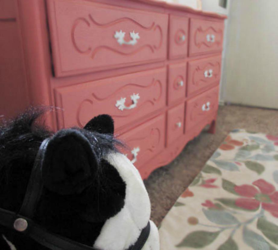 Με λίγη βαφή και αλλαγή στα πόμολα, η συρταριέρα άλλαξε τελείως όψη.