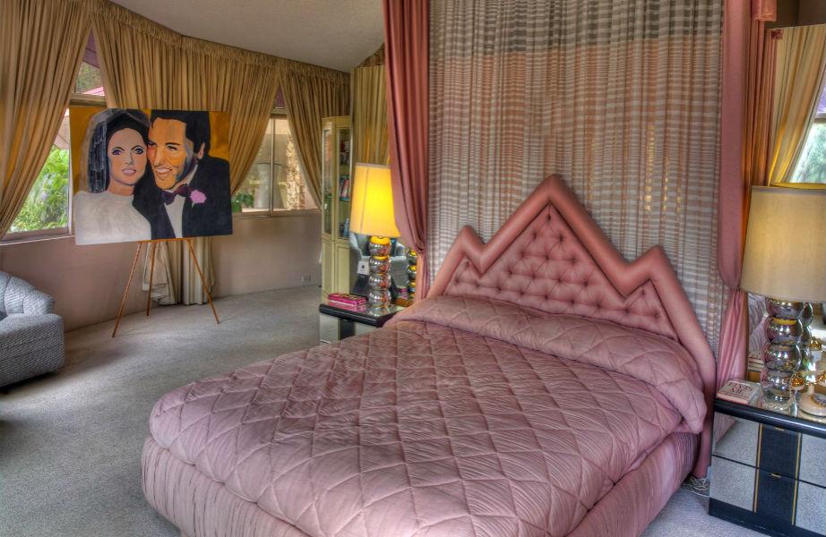 Το μάστερ υπνοδωμάτιο της έπαυλης έχει άρωμα... Elvis!