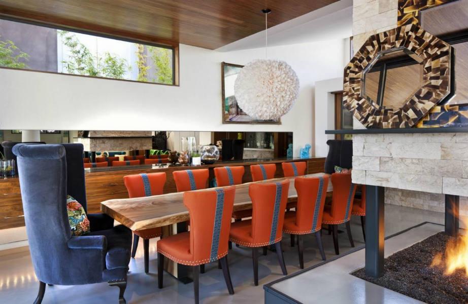 Οι Διαφορετικές καρέκλες και τα διαφορετικά υλικά δημιουργούν μια στιλάτη και μοναδική τραπεζαρία.